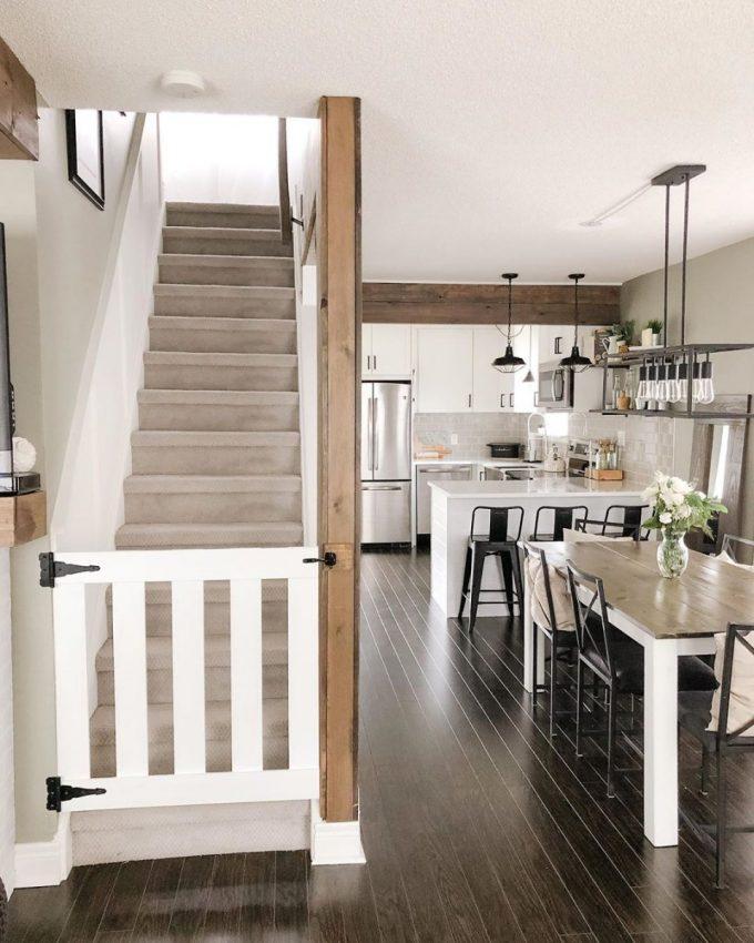 Le salon avec la cage d'escalier ouverte