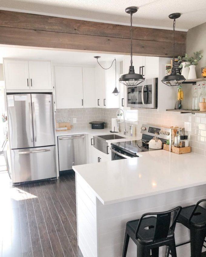 Cuisine design avec un bar et ouverte sur le salon