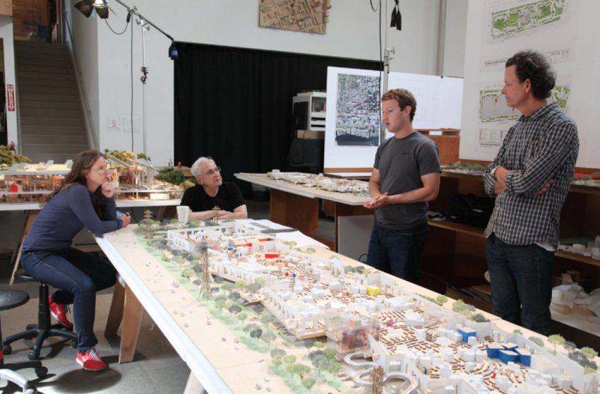 Mark Zukerberg, patron de facebook devant une maquette des nouveaux bureaux
