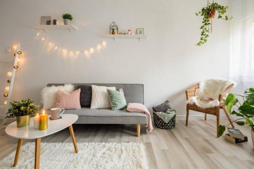 Salon avec canapé scandinave et guirlande lumineuse