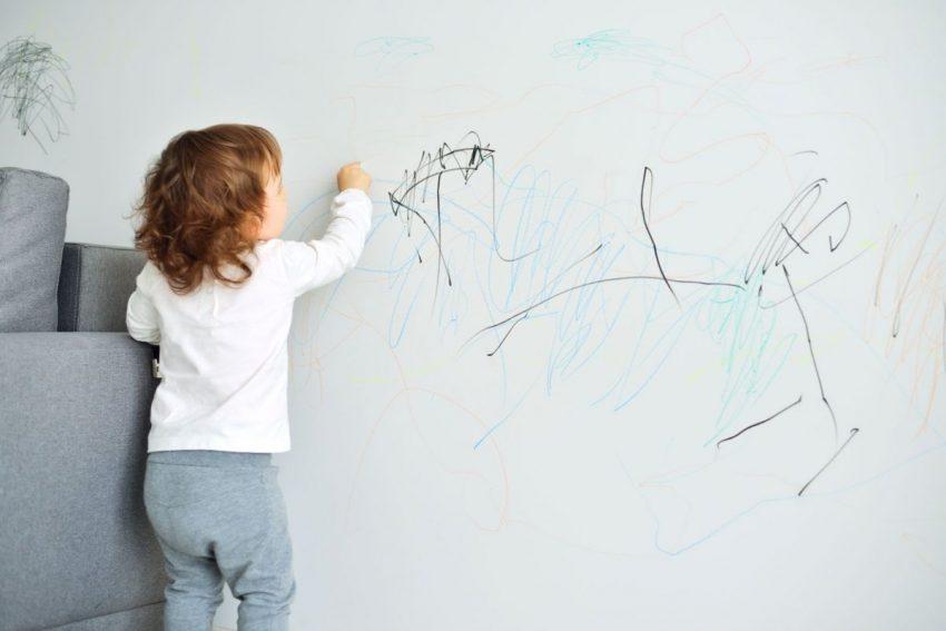 Un enfant qui écrit sur les murs de la maison