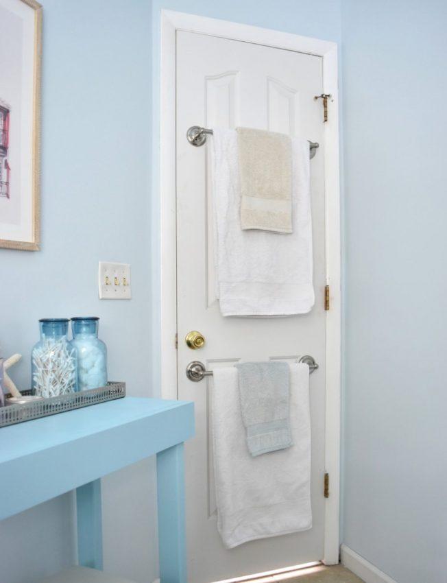 Utilisez l'espace derrière la porte de la salle de bain pour les serviettes