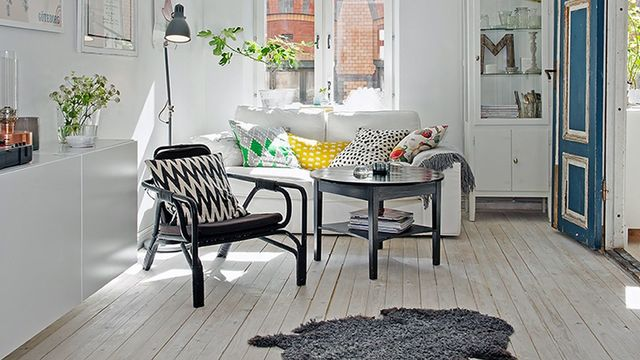 salon avec vieux parquet blanc pour style nordique