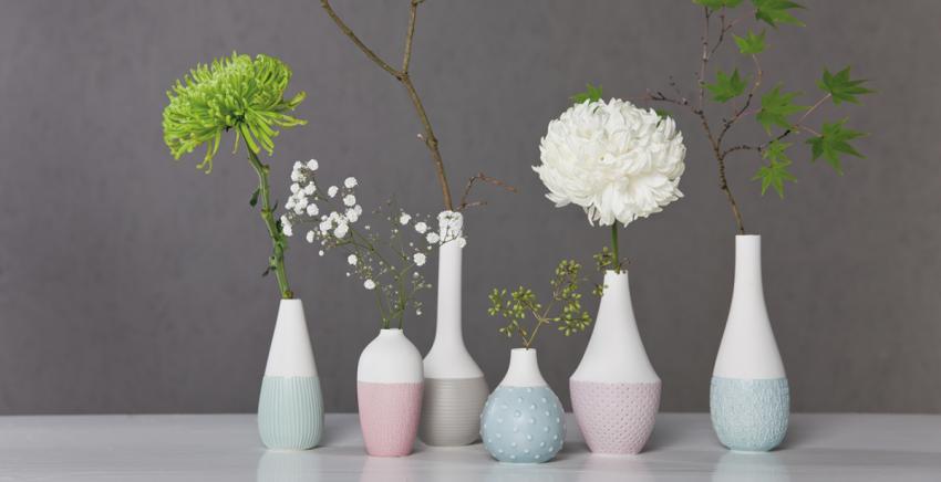 Collection de vases blancs regroupés ensemble sur une cheminée